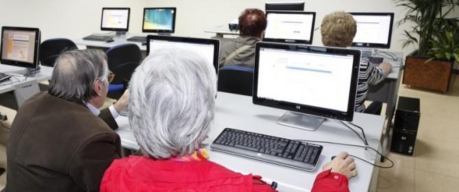 Gli over 50 che navigano su internet hanno una vita migliore